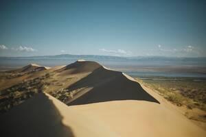 Ο αμμόλοφος στο εθνικό πάρκο Altyn Emel του Καζακστάν.
