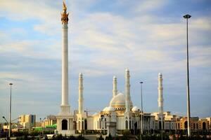 Γενική άποψη του Νουρ Αστάνα τζαμιού και του μνημείου της Ανεξαρτησίας, στη Νουρσουλτάν.