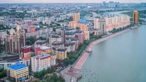 Τη Νουρσουλτάν διασχίζει ο ποταμός Ισίμ. Η πόλη πήρε το σημερινό της όνομα μόλις το 2019, προς τιμήν του πρώτου προέδρου της χώρας, μετά τη διάλυση της ΕΣΣΔ, ο οποίος όμως κατηγορείται ως δικτάτορας από πολλές ανθρωπιστικές οργανώσεις
