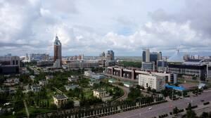 Άποψη της πρωτεύουσας του Καζακστάν. Διακρίνεται στα δεξιά το Χαν Σατίρ, η περίφημη «σκηνή», που λειτουργεί ως εμπορικό κέντρο.