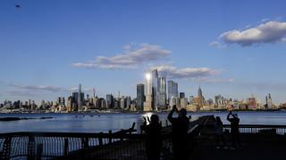 Νέα Υόρκη: Αεροπλάνα αντίκες του Β' Παγκοσμίου Πολέμου χαιρετίζουν τους εργαζόμενους στην Υγεία