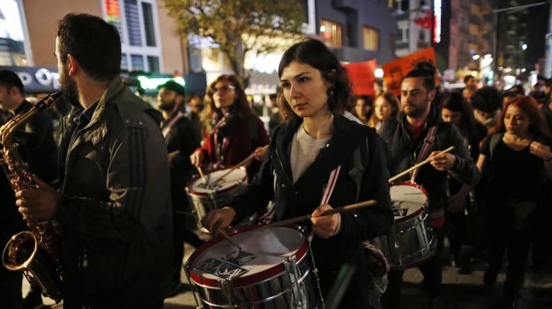 Τουρκία - Έρευνα: Οι νέοι θέλουν να εγκαταλείψουν τη χώρα - Προτεραιότητά τους η ελευθερία