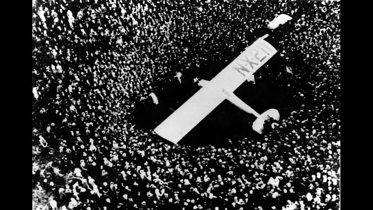 """1927, Παρίσι.  Το μονοπλάνο """"Spirit of St. Louis"""" έχει προσγειωθεί και ένα τεράστιο πλήθος το έχει περικυκλώσει. Λίγο νωρίτερα ο Αμερικανός αεροπόρος Τσάρλς Λίντμπεργκ έχει ολοκληρώσει την πρώτη πτήση πάνω από τον Ατλαντικό Ωκεανό χωρίς καμία στάση. Ο Λί"""