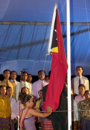 2002, Ανατολικό Τιμόρ.  Ένα νέο κράτος γεννιέται. Μια γυναίκα ξεδιπλώνει τη σημαία του Ανατολικού Τιμόρ, τη στιγμή που ανακοινώνεται η ανεξαρτησία του μικρού αυτού κράτους, μετά από 24 χρόνια σκληρής ινδονησιακής κατοχής και αιώνες πορτογαλικής αποικιοκρ