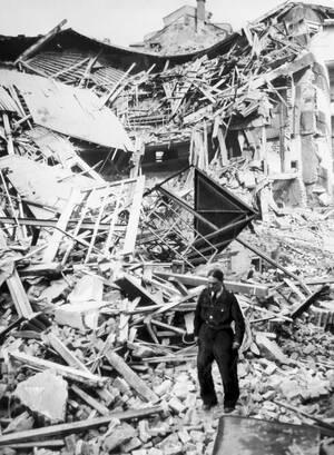 1941, Λονδίνο. Οι γερμανικοί βομβαρδισμοί συγκλονίζουν την πόλη και τη μετατρέπουν σε σωρούς ερειπίων, όπως αυτός που κάποτε ήταν το θέατρο Shaftesbury.