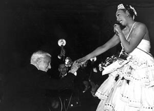 """1953, Παρίσι.  Ο Τσάρλι Τσάπλιν συγχαίρει τη Ζοζεφίν Μπέικερ μετά την παράστασή της στο φιλανθρωπικό γκαλά """"Le Bal des Petits Lits Blancs"""", στο Μουλέν Ρουζ στο Παρίσι."""