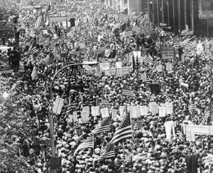1970, Νέα Υόρκη.  Κι όμως υπήρξαν και διαδηλώσεις υπέρ του πολέμου στο Βιετνάμ. Στη φωτογραφία, το συγκεντρωμένο πλήθος κρατάει αμερικανικές σημαίες και φωνάζει συνθήματα υπέρ της εξωτερικής πολιτικής του Προέδρου Νίξον και του πολέμου στη Νοτιοανατολική