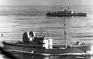 """1973, ανοιχτά των ακτών της Ισλανδίας.  Μια μάλλον ασυνήθιστη εικόνα: Η φρεγάτα """"HMS Cleopatra"""", του Βρετανικού πολεμικού ναυτικού, είναι αντιμέτωπη με την Ισλανδική πυραυλάκατο """"Thor"""", έξω από τις ακτές της Ισλανδίας. Οι δύο χώρες έχουν εμπλακεί στον """"π"""