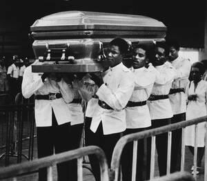 1981, Κίνγκστον.  Μια τιμητική φρουρά μεταφέρει το φέρετρο με το νεκρό σώμα του Μπομπ Μάρλεϊ στο Εθνικό Στάδιο του Κίνγκστον στη Τζαμάικα. Εκεί θα παραμείνει σε λαϊκό προσκύνημα για δύο μέρες και μετά θα μεταφερθεί στα βόρεια της χώρας, στη γενέτειρά του