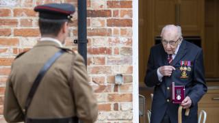 Νέα τιμητική διάκριση για τον ήρωα «Κάπτεν Τομ»: Από συνταγματάρχης, τώρα ιππότης