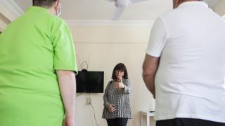Επίσκεψη της Κατερίνας Σακελλαροπούλου στο Πολυδύναμο Κέντρο Αστέγων