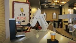 Ένας διαφορετικός… μπάρμαν: Ρομπότ σερβίρει μπίρες «από απόσταση» σε μπαρ της Σεβίλλης