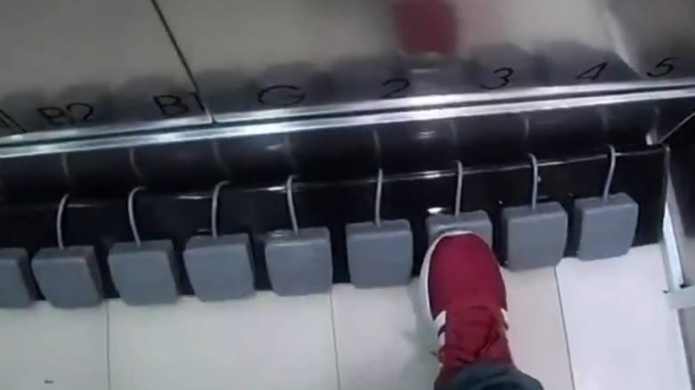 «Χωρίς χέρια»: Πατέντα εμπορικού για να μην πατούν τα κουμπιά στα ασανσέρ