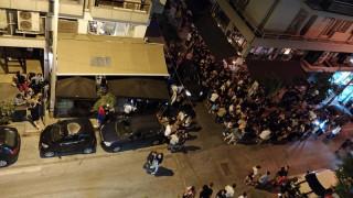 Θεσσαλονίκη: Μουσική στο τέρμα, ποτά στο χέρι και συνωστισμός έξω από μπαρ