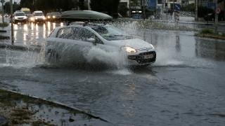 «Άνοιξαν» οι ουρανοί στη Θεσσαλονίκη: Προβλήματα στους δρόμους