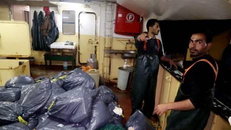 Μια παρέα νέων καθαρίζει τις θάλασσες από τα πλαστικά με τη βοήθεια ψαράδων