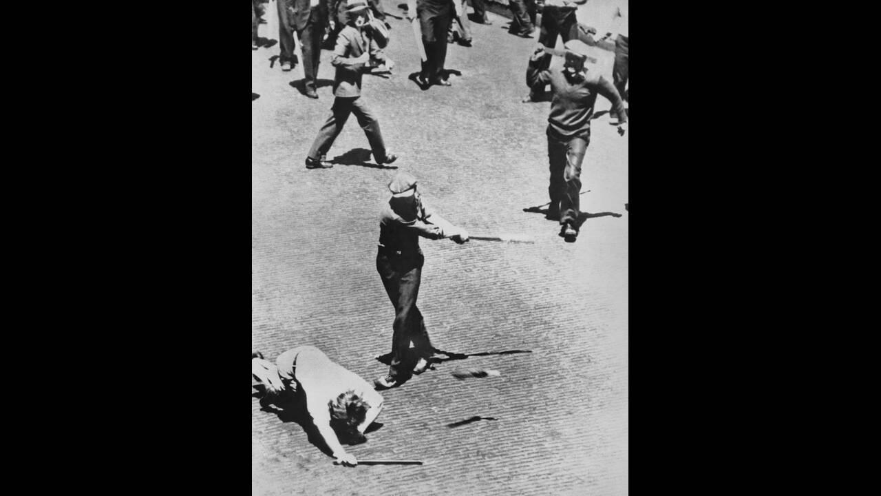 1934, Μινεσότα.  Κατά τη διάρκεια των απεργιών, οδηγοί φορτηγών συγκρούονται με δυνάμεις της αστυνομίας. Στη φωτογραφία, αστυνομικός χτυπάει απεργό με μπαστούνι του μπέισμπολ.