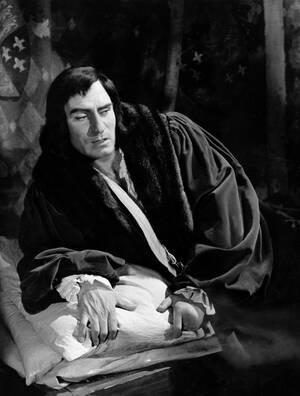 1955. Ο Σερ Λόρενς Ολιβιέ παίζει έναν από τους μεγαλύτερους ρόλους της ζωής του, τον Ριχάρδο τον Τρίτο. Ο σπουδαίος ηθοποιός γεννήθηκε σαν σήμερα, το 1907.