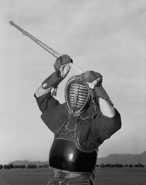 1957, Τόκιο.  Ένας αξιωματικός του ιαπωνικού στρατού, προπονείται στο παραδοσιακό ιαπωνικό σπαθί των σαμουράι. Ο νέος ιαπωνικός στρατός δημιουργείται σε πολύ σύγχρονες βάσεις, αλλά οι παραδόσεις παραμένουν.