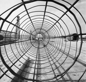 1952, Ρώμη.  Η Ιταλία χτίζει το μεγαλύτερο μεταπολεμικό της πρότζεκτ, την Autostrada Del Sole, τον αυτοκινητόδρομο του Ήλιου, που θα ενώνει τη Ρώμη με το Μιλάνο, σε μια απόσταση 1.200 χιλιομέτρων.