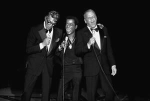 1978, Σάντα Μόνικα.  Ο Ντιν Μάρτιν, ο Σάμι Ντέιβις τζούνιορ και ο Φρανκ Σινάτρα, από αριστερά προς δεξιά, τραγουδάνε μαζί στη σκηνή για πρώτη φορά, σε φιλανθρωπικό event.