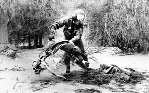 1980, Όρος της Αγίας Ελένης. Ένας αστυνομικός αναζητά αγνοούμενους -ζωντανούς ή νεκρούς- σε μια κατασκήνωση κοντά στο ηφαίστειο της Αγίας Ελένης. Λίγες εβδομάδες μετά την έκρηξη του ηφαιστείου, 90 άτομα αγνοούνται ακόμα.