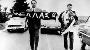 1963, Θεσσαλονίκη. Ο βουλευτής της ΕΔΑ Γρηγόρης Λαμπράκης πέφτει θύμα δολοφονικής επίθεσης. Ο Λαμπράκης θα αφήσει την τελευταία του πνοή στο νοσοκομείο ΑΧΕΠΑ, πέντε μέρες αργότερα.