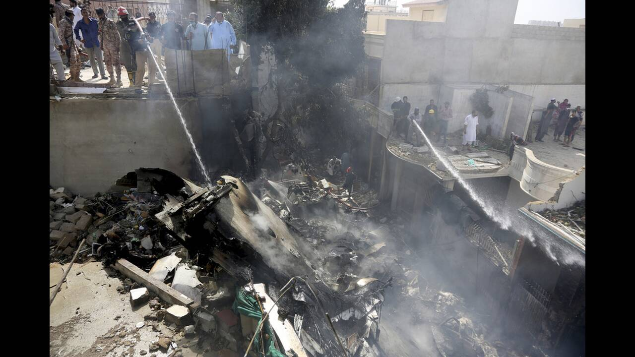 https://cdn.cnngreece.gr/media/news/2020/05/22/220374/photos/snapshot/pakistan-sintrivi-aeroplanou-1.jpg