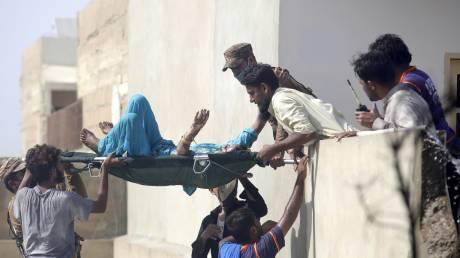 Συντριβή αεροσκάφους στο Πακιστάν: Τουλάχιστον δύο επιζώντες μέσα στα συντρίμμια