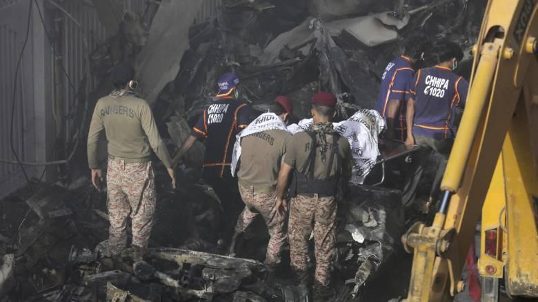 Βίντεο - ντοκουμέντο από τη διάσωση επιβάτη της μοιραίας πτήσης στο Πακιστάν