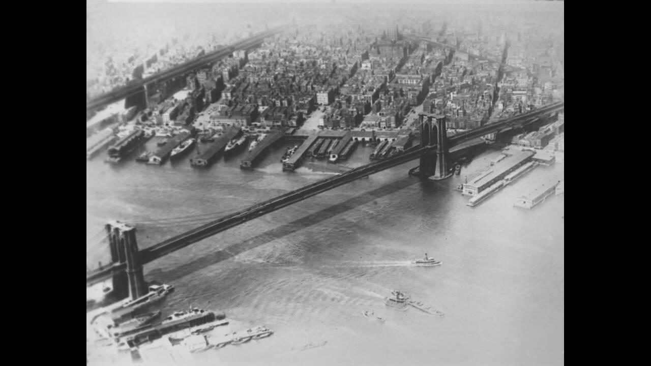 1923, Νέα Υόρκη.  Μια εναέρια άποψη της γέφυρας του Μπρούκλιν. Η γέφυρα έχει μήκος 1.833 μέτρα. Το κεντρικό σημειο της γέφυρας έχει ύψος 41 μέτρα, ώστε να διευκολύνεται η διέλευση των πλοίων. Αργότερα, το ύψος αυτό έγινε στάνταρ για την κατασκευή γεφυρών