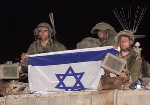 2000, Νότιος Λίβανος.  Ισραηλινοί στρατιώτες κρατούν στη σημαία της χώρας τους, πάνω σε ένα τεθωρακισμένο όχημα, καθώς αποσύρονται από το νότιο Λίβανο.