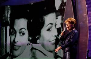 1956, Λουγκάνο. Διεξάγεται ο πρώτος διαγωνισμός τραγουδιού της Eurovision, στο Λουγκάνο της Ελβετίας. Νικήτρια αναδεικνύεται η ελβετίδα Λις Άσια με το τραγούδι «Refrain». Στη φωτογραφία, η νικήτρια του πρώτου διαγωνισμού, σε μια ειδική εμφάνιση, στο Κίεβ