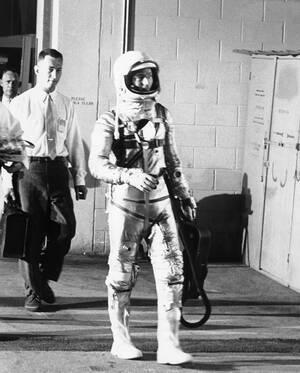 1962, Κέιπ Κανάβεραλ.  Ο αστροναύτης Σκοτ Κάρπεντερ κατευθύνεται προς το σημείο εκτόξευσης του πυραύλου που θα τον πάει στο διάστημα. Ο Κάρπεντερ θα κάνει μια τριπλή τροχιά γύρω από τη Γη. Στο χέρι του κρατάει ένα φορητό air-condition.