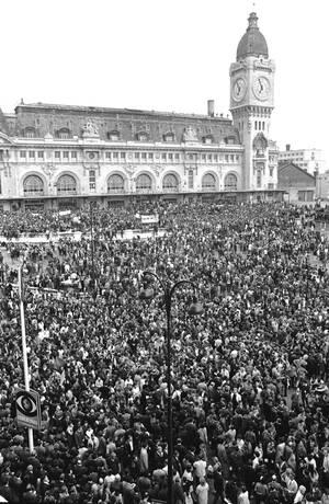 1968, Λιόν.  Χιλιάδες φοιτητές έχουν μαζευτεί στην κεντρική πλατεία της Λιόν για να διαδηλώσουν, μετά το τηλεοπτικό μήνυμα του Προέδρου της Γαλλίας, Σαρλ ντε Γκολ.