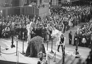 1947, Νέα Υόρκη.  Το φέρετρο του Ντιούκ Έλινγκτον βρίσκεται στο κέντρο του Επισκοπικού Καθεδρικού Ναού του Αγίου Ιωάννη, στη Νέα Υόρκη. Ο Ντιούκ πέθανε σε ηλικία 75 ετών.