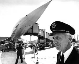 1976, Παρίσι.  Ο πιλότος της Air France, Πιέρ Ντουντάλ, στέκεται μπροστά από το Concorde SST, λίγο πριν το πιλοτάρει από το Παρίσι στη Νέα Υόρκη, στο παρθενικό του ταξίδι.