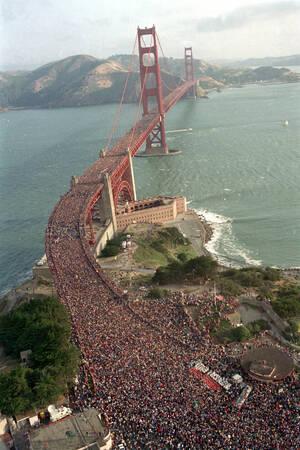1987, Σαν Φρανσίσκο.  Ένα πλήθος που υπολογίζεται στους 800.000 ανθρώπους, έχει μαζευτεί στη γέφυρα Γκόλντεν Γκέιτ του Σαν Φρανσίσκο, για να γιορτάσει τα 50 χρόνια της λειτουργίας της.