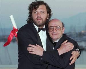1998, Κάννες. Ο Χρυσός Φοίνικας του 51ου Διεθνούς Φεστιβάλ των Καννών απονέμεται στον Έλληνα σκηνοθέτη Θεόδωρο Αγγελόπουλο για την ταινία του «Μία αιωνιότητα, μία ημέρα». Το βραβείο είναι η μεγαλύτερη διάκριση για τον ελληνικό κινηματογράφο σε διεθνές επί