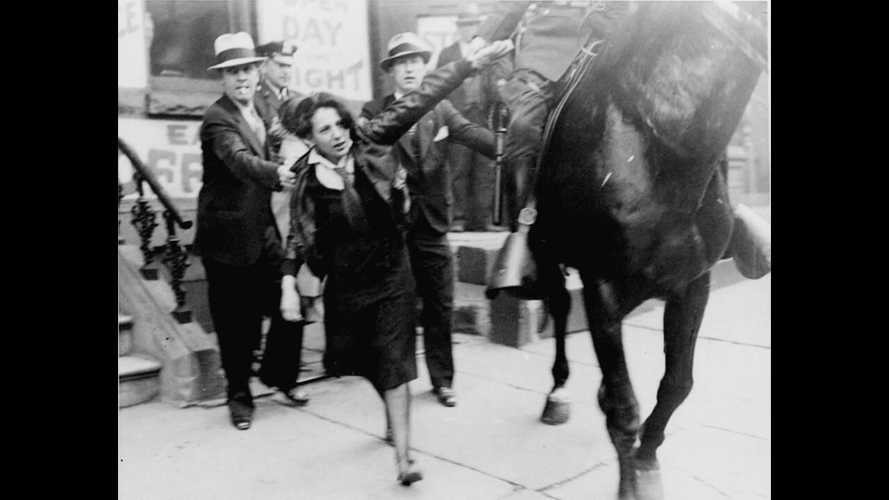 1933, Νέα Υόρκη.  Μια διαδηλώτρια αντιμετωπίζεται βίαια από έφιππο αστυνομικό, κατά τη διάρκεια διαμαρτυρίας ενάντια στον Χίτλερ. Δεκατρείς άνθρωποι συνελήφθησαν και πολλοί τραυματίστηκαν στη διαδήλωση.