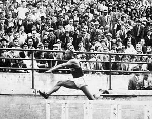1935, Μίτσιγκαν.  Ο Τζέσε Όουενς, πhδάει το τελευταίο εμπόδιο στα 200 μέτρα, κούρσα στην οποία θα τερματίσει πρώτος με χρόνο 22.6 δευτερόλεπτα, στο τουρνουά Big Ten, στο Αν Άρμπορ του Μίτσιγκαν. Οι επιδόσεις του Όουενς στο συγκεκριμένο τουρνουά είναι οι