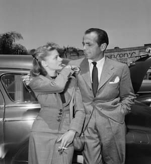 1945, Πασαντίνα, Καλιφόρνια.  Η ηθοποιός Λορίν Μπακόλ και ο νέος της σύζυγος, Χάμφρεϊ Μπόγκαρτ, επιστρέφουν στην Καλιφόρνια από το Οχάιο, όπου και παντρεύτηκαν λίγες μέρες νωρίτερα.