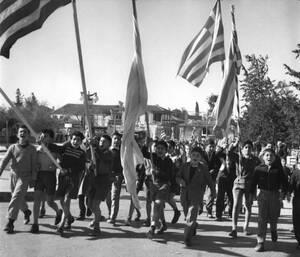 1959, Λευκωσία.  Ελληνοκύπριοι μαθητές, κρατούν ελληνικές σημαίες και γιορτάζουν την ανακοίνωση ότι τα μέτρα έκτακτης ανάγκης ήρθησαν και ο εθνάρχης, Αρχιεπίσκοπος Μακάριος μπορεί να επιστρέψει στην Κύπρο.