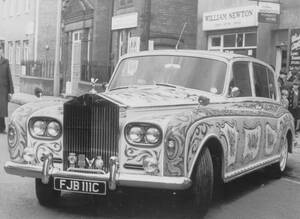 1967, Σάρεϊ, Αγγλία.  Η Ρολς Ρόις Phanthom V, του Τζον Λένον, βαμμένη με ψυχεδελικά χρώματα.