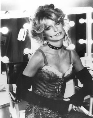 """1976, Καλιφόρνια.  Η Φάρα Φόσετ-Μέιτζορς, μια από τους """"Άγγελους του Τσάρλι"""", μάλλον η πιο διάσημη, ποζάρει για το φακό."""