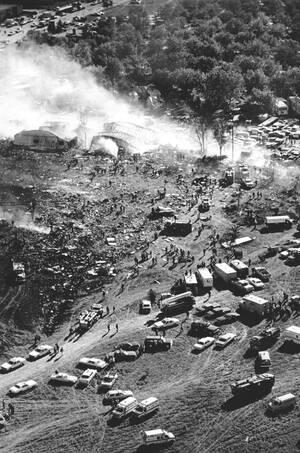 1979, Σικάγο.  Καπνός βγαίνει από ένα κτήριο, πάνω στο οποίο συνετρίβη η πτήση 191 της American Airlines, ένα αεροσκάφος τύπου McDonnell Douglas DC-10, λίγο μετά την απογείωσή του από το αεροδρόμιο O'Hare. Όλοι οι επιβαίνοντες σκοτώθηκαν κατά την πρόσκρο