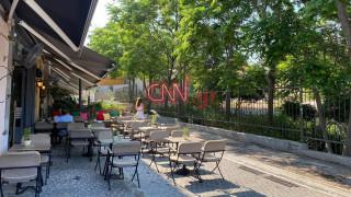 Το κέντρο της Αθήνας «ξαναζωντανεύει»: Οι πρώτες εικόνες με ανοιχτές καφετέριες