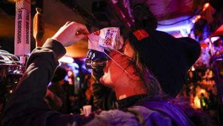 Άρση μέτρων: Διευκρινίσεις για μπαρ, στοές και ημιυπαίθριους μετά το αλαλούμ για τις αποστάσεις