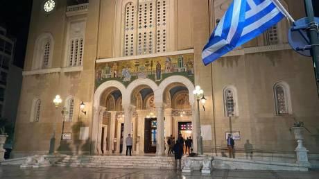 Οι πιστοί άκουσαν το «Χριστός Ανέστη» στις εκκλησίες - To CNN Greece στη Μητρόπολη Αθηνών