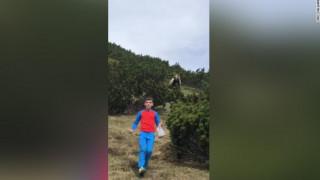Απίστευτο βίντεο: Αρκούδα ακολουθεί ένα 12χρονο